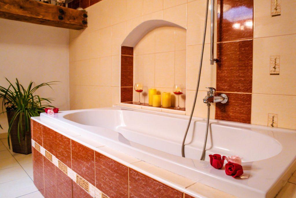 Ubytování U Bílé Paní Český Krumlov Třílůžkový apartmán pokoj koupelna